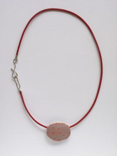 collier_ porselein rood en grijs, leer, zilver l.50cm