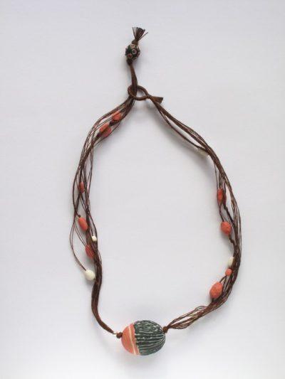 collier_ porselein zwart en koraalrood, zilver, hennepdraad,L.60cm